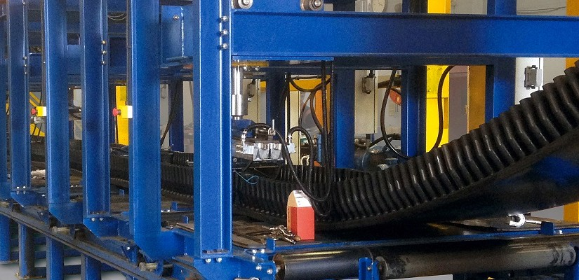 At its expanded production facilities at Thetford in England, in addition to conventional production using the cold-bonding method, Phoenix's customers also have the option of having the corrugated sidewalls and cleats attached through hot vulcanization.
